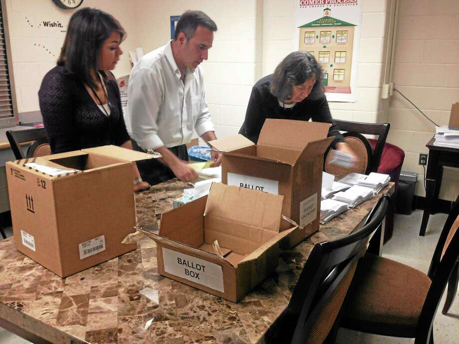 New Haven Federation of Teachers trustees count votes Thursday. Photo: Rachel Chinapen — New Haven Register