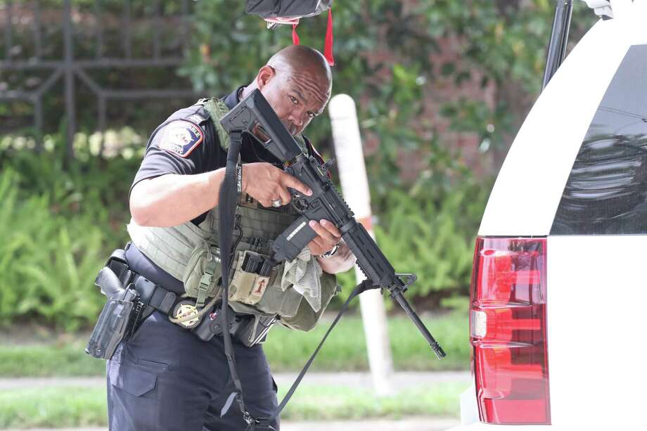 Police and SWAT search for bank robbery suspects in an apartment complex at 1255 N Post Oak Tuesday, July 25,2017.  Officers were chasing the subject before the suspects bailed out north of I-10 near North Post Oak and West 12th Street.(Steve Gonzales/Houston Chronicle) Photo: Steve Gonzales, Steve Gonzales / Houston Chronicle / 2017