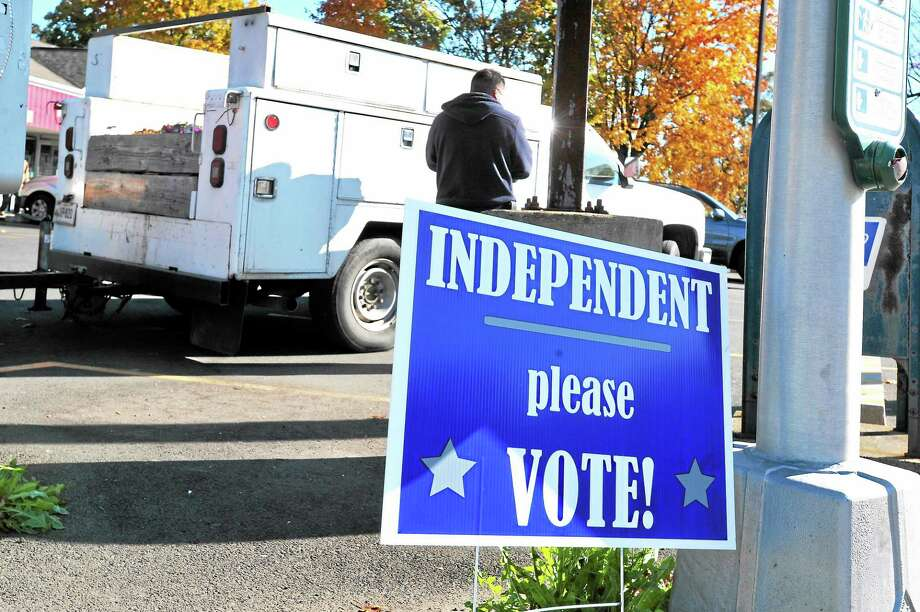 A sign at the corner of Townsend Avenue and Lighthouse Road in New Haven exhorts independents to vote in the election Nov 4. Photo: VmWilliams — New Haven Register