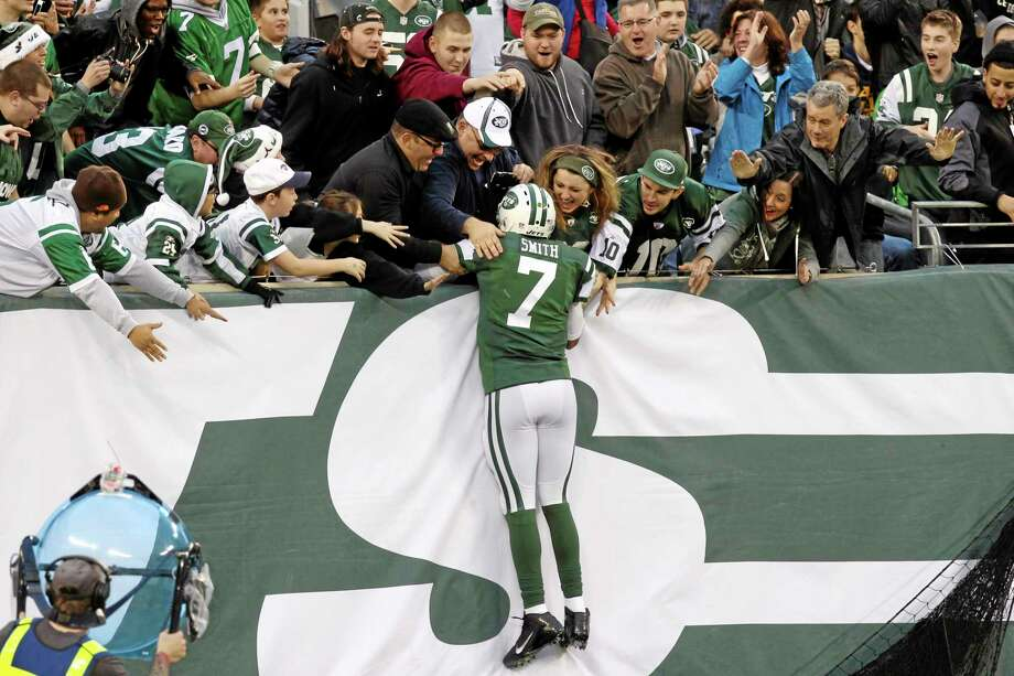Jets quarterback Geno Smith (7) celebrates with fans after scoring a touchdown during the second half against the Browns on Sunday. Photo: Peter Morgan — The Associated Press   / AP
