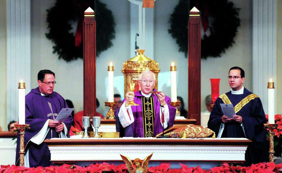 (Arnold Gold ó New Haven Register)  Archbishop Leonard Blair, center, celebrates Mass at St. George Church in Guilford on Sunday morning. Photo: Journal Register Co.
