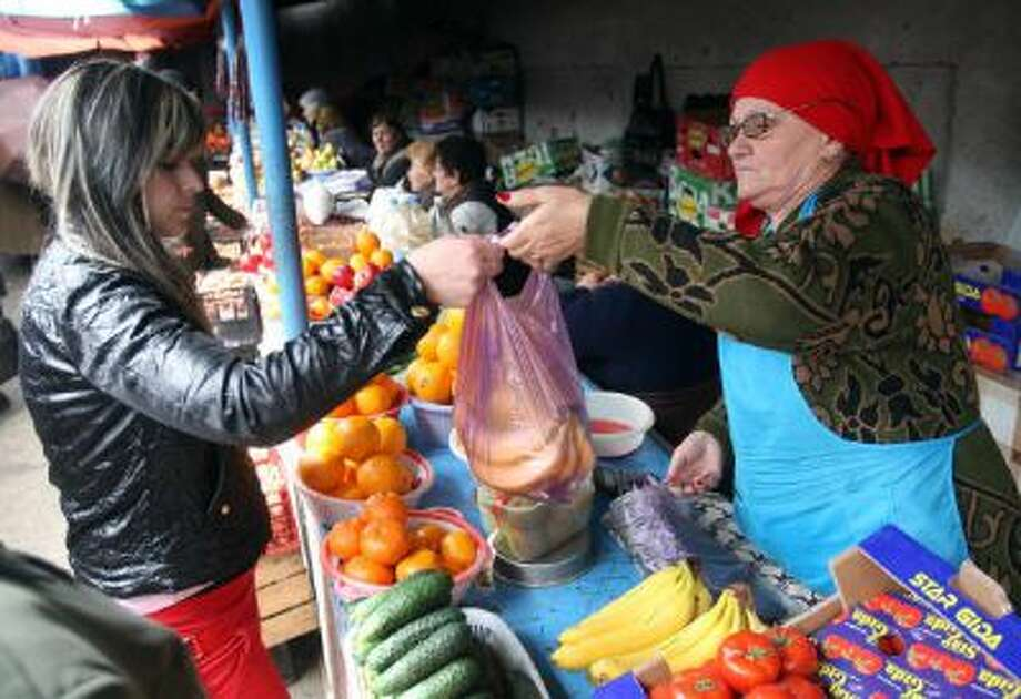 A resident buys fruits and vegetable in a street market in Tskhinvali, Georgia, in 2009. Photo: AFP/Getty Images / 2009 AFP