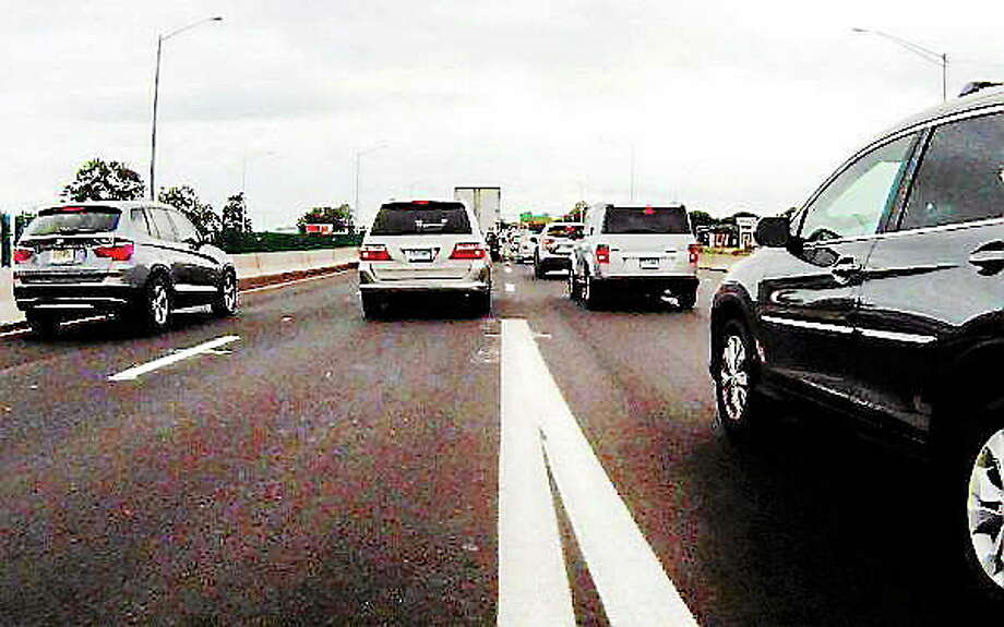 Traffic on Interstate 95 southbound at Long Wharf. Photo: (VM Williams — New Haven Register)