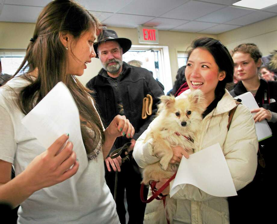 (Melanie Stengel ó New Haven Register)    Yale sophmore student, Rebecca Spaulding,  (L) talks tp Wendy Xiao and her Pomeranian, Markl about participation in a study at the new Canine Cognition Center at Yale. Xiao is a M.D. Ph.D. student Photo: Journal Register Co.