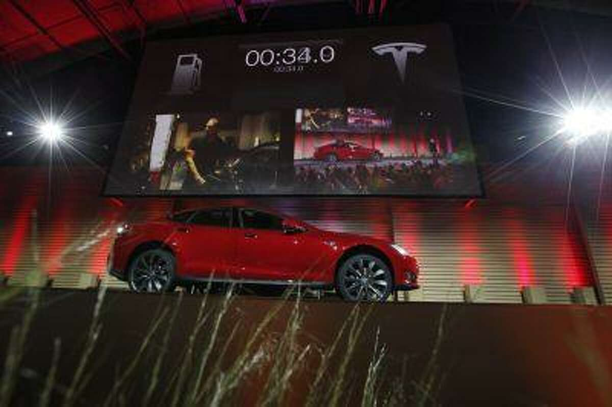 Tesla Motors Inc demonstrates its new battery swapping program in Hawthorne, California June 20, 2013. Tesla Motors Inc on Thursday unveiled a system to swap battery packs in its electric cars in about 90 seconds, a service Chief Executive Elon Musk said will help overcome fears about their driving range. REUTERS/Lucy Nicholson (UNITED STATES - Tags: TRANSPORT BUSINESS)