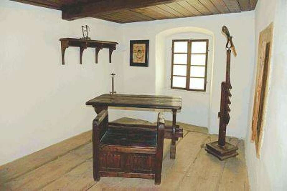 A reproduction of a room similar to one that may have existed in Hus' house can be seen in the Jan Hus Museum. (The Yomiuri Shimbun/June 19, 2013)