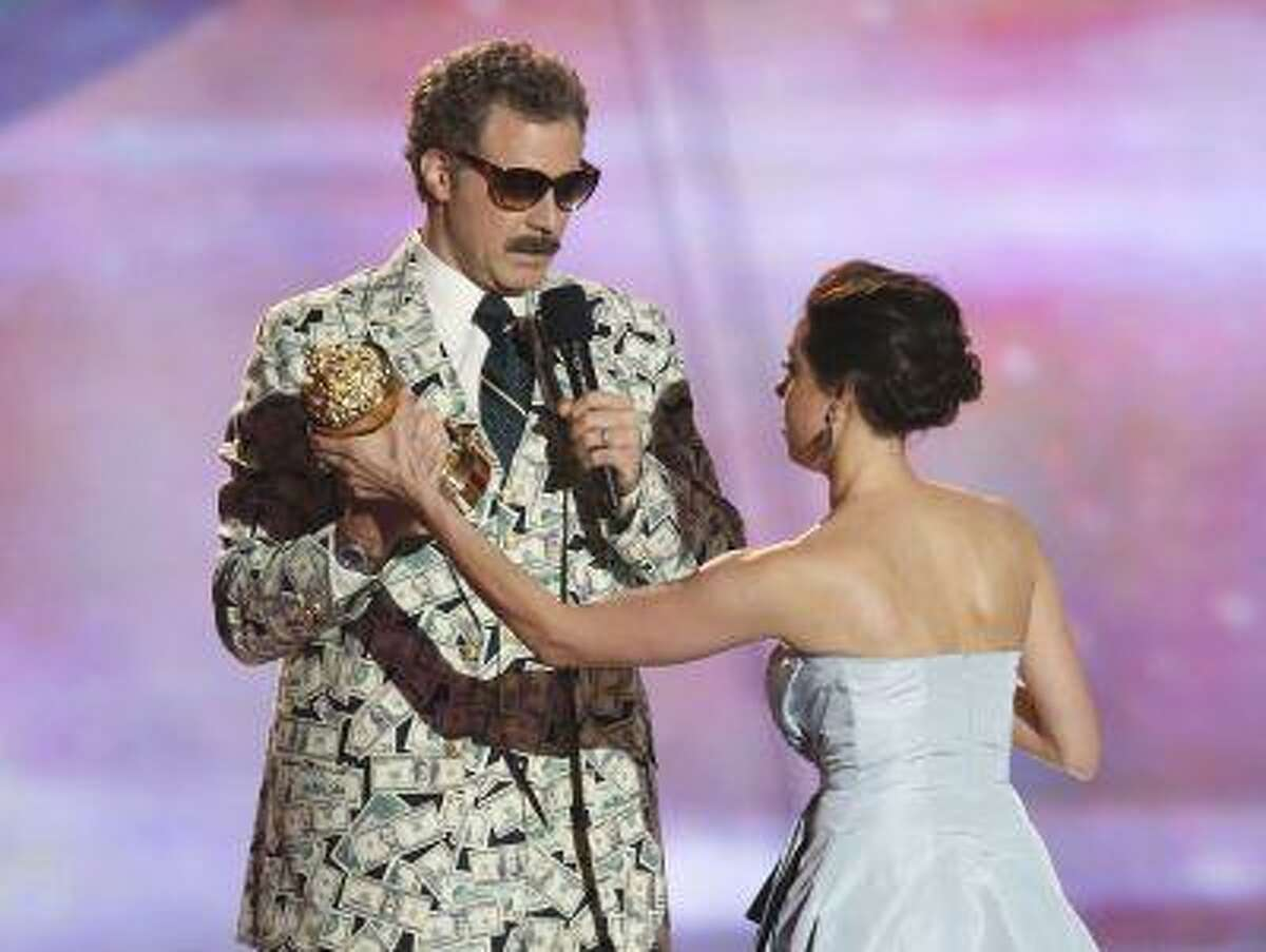 Actor Will Ferrell accepts the comedic genius award with actress Aubrey Plaza at the 2013 MTV Movie Awards in Culver City, California April 14, 2013. REUTERS/Danny Moloshok (UNITED STATES - Tags: ENTERTAINMENT) (MTV-SHOW)