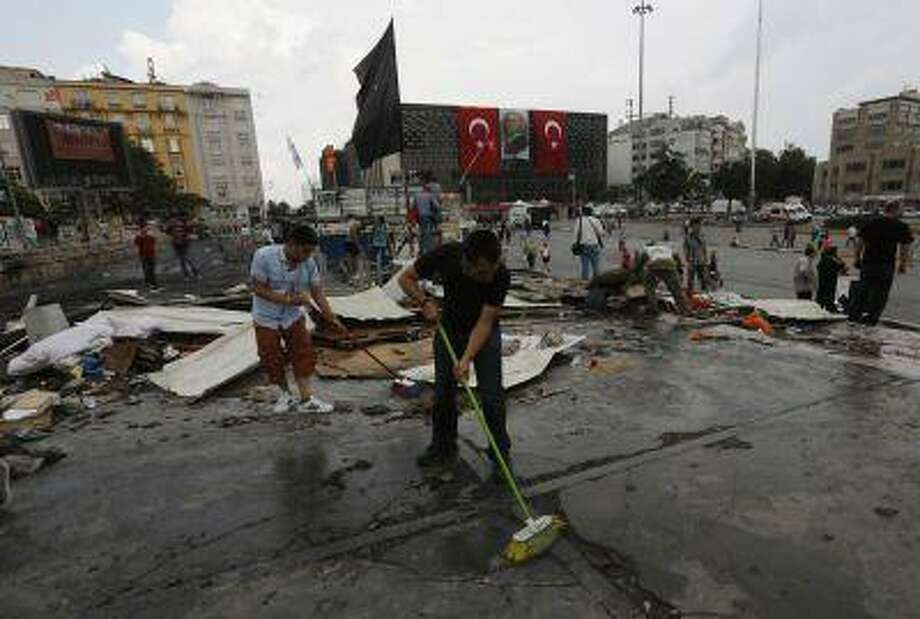 Protesters clean the entrance to Gezi park in Istanbul's Taksim square June 15, 2013. Photo: REUTERS / X00025