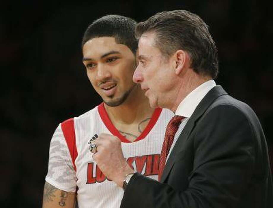 Louisville Cardinals head coach Rick Pitino instructs guard Peyton Siva (L) while playing the Syracuse Orange during the second half of their NCAA men's championship final basketball game at the 2013 Big East Tournament in New York, March 16, 2013. REUTERS/Ray Stubblebine (UNITED STATES - Tags: SPORT BASKETBALL) Photo: REUTERS / X00272
