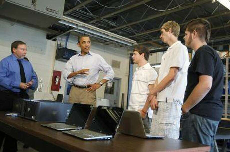 U.S. President Barack Obama speaks with students in the computer lab at Bluestone High School in Skipwith, Virginia, October 18, 2011. (Jason Reed/Reuters) / X00458