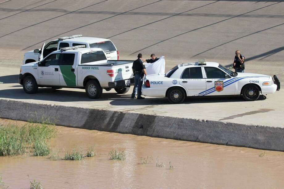 Police officers and border patrol officers remain near the corpse of a Guatemalan migrant in El Paso, seen from Ciudad Juarez, Chihuahua, Mexico on Tuesday. Four Guatemalan migrants died as they tried to cross the Rio Grande, in an attempt to enter the United States. Photo: HERIKA MARTINEZ, Contributor / AFP or licensors