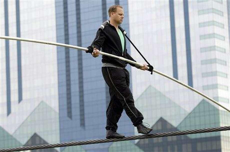 Wallenda to be tethered to Niagara Falls tightrope - New