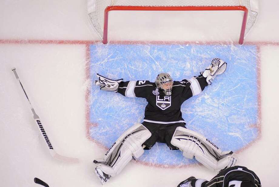 97b22345 Los Angeles Kings goalie Jonathan Quick (32) falls backward as he defends  against the