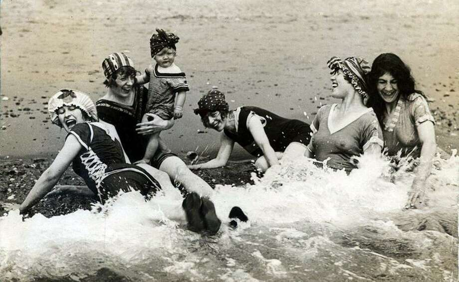 Women having fun in the sea. Location and date unknown. / Collectie SPAARNESTAD PHOTO/Het Leven