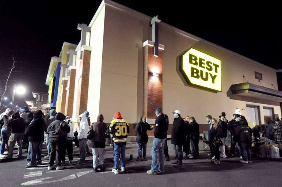 A crowd, estimated by police to be more than a thousand, winds around the North Haven Best Buy awaiting 12:01 a.m., when they'll be allowed into the store to officially start the Christmas shopping season. VM Williams/Register photo