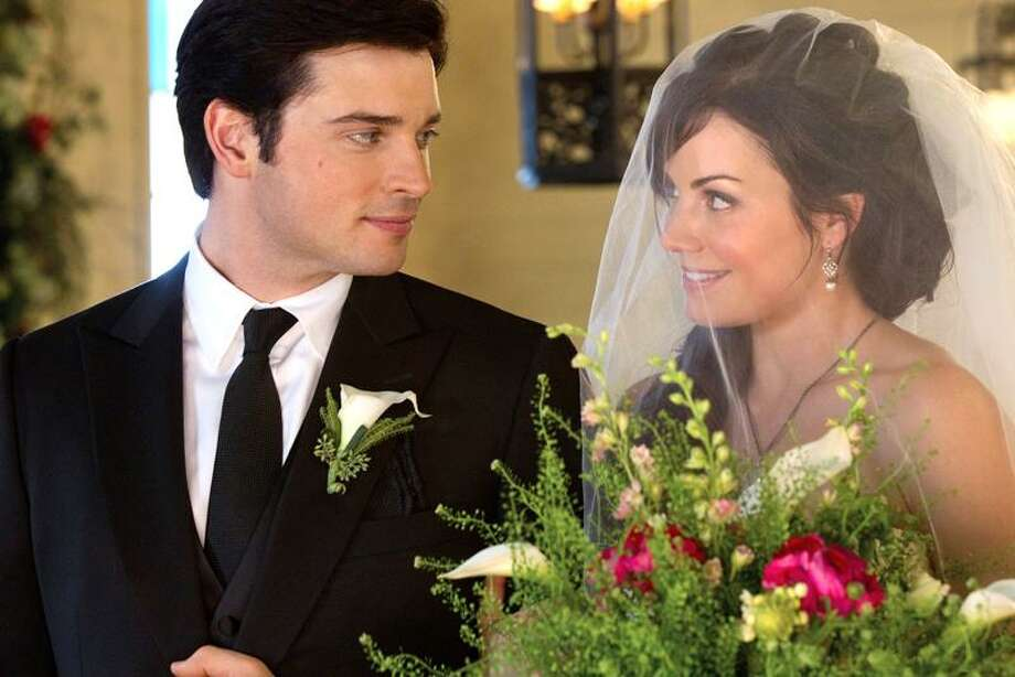 """Tom Welling as Clark Kent and Erica Durance as Lois Lane in """"Smallville"""" on the CW. / ©2011 The CW Network, LLC. All Rights Reserved"""