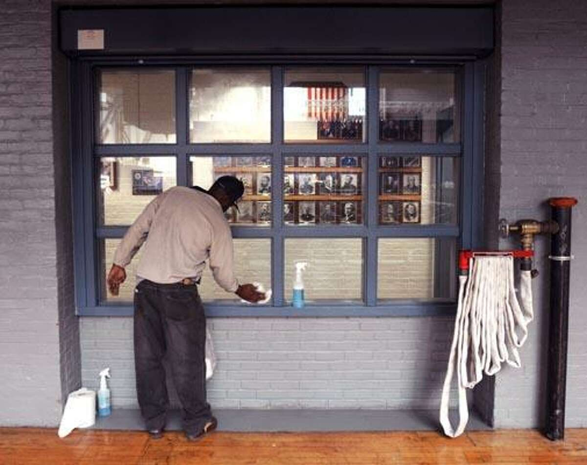 Hartford--In preparation for Wednesday's State of Connecticut Gubernatorial Inauguration, Tommy Dunning cleans a window at the Connecticut State Armory. Photo by Brad Horrigan/New Haven Register-01.04.11.