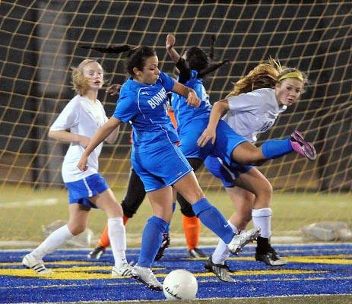 Bunnell's Alana Lorenzo (front) tries to get a handle on a corner kick near the Avon goal during the first period. (Photo by Peter Casolino/New Haven Register)
