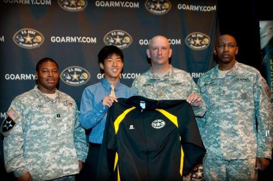 Ahn with Army officials. / © Jennifer Kirchoff