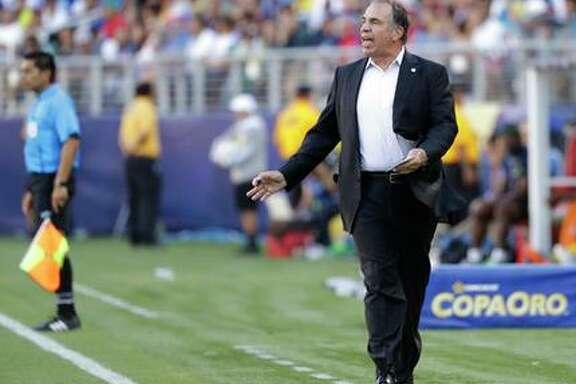 El director técnico de Estados Unidos Bruce Arena da indicaciones en el partido contra Jamaica en la Copa de Oro, en Santa Clara, California. (AP / Marcio José Sánchez)