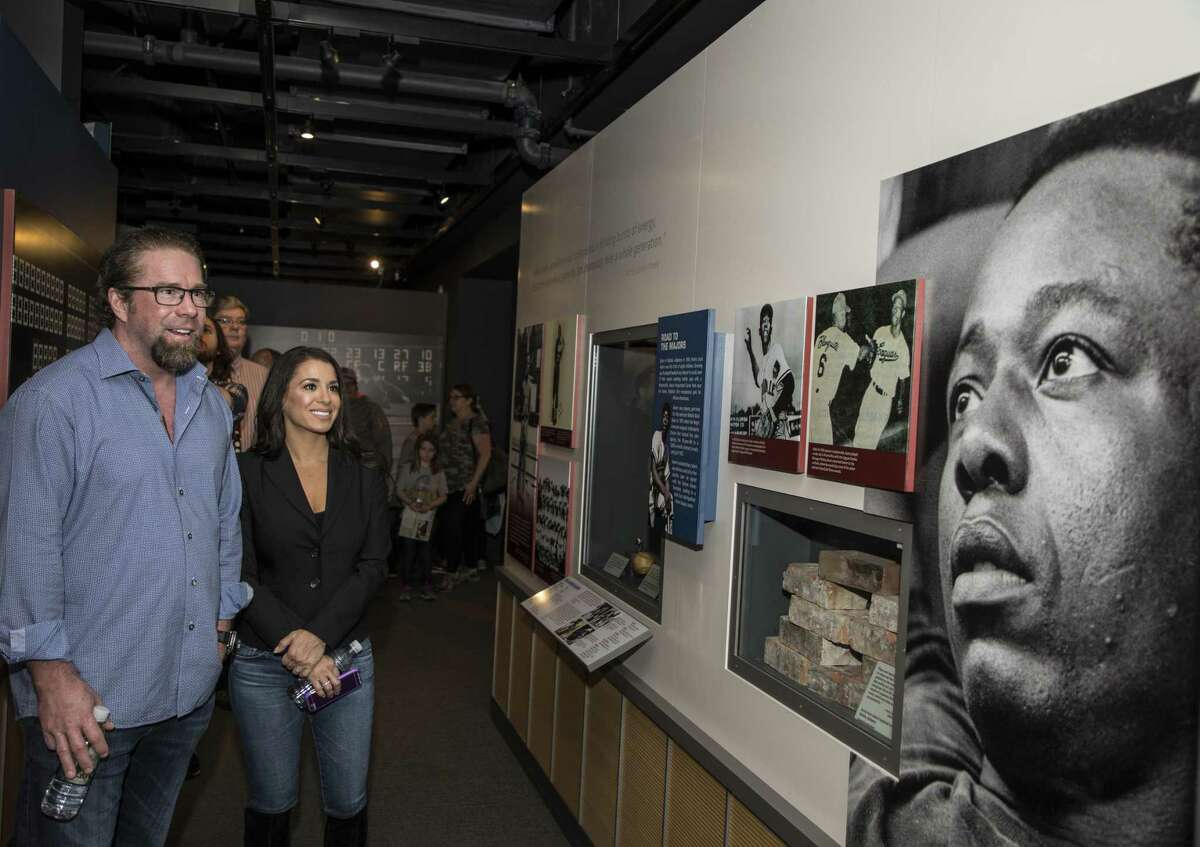 In this photo provided by the National Baseball Hall of Fame and Museum, Jeff Bagwell and his wife Rachel look at a photo of Hank Aaron at the National Baseball Hall of Fame and Museum in Cooperstown, N.Y., Tuesday, March 28, 2017. Bagwell will be inducted into the Baseball Hall of Fame in July 2017. (Milo Stewart Jr./National Baseball Hall of Fame via AP)