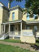 The Hill County Jail where Clyde Barrow gang member Raymond Hamilton spent several weeks in the early 1930s is now the Hill County Cell Block Museum.