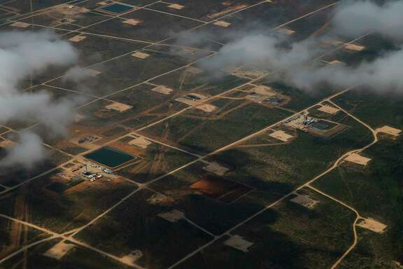 Oil rigs drill into the Permian Basin outside of Midland.( Michael Ciaglo / Houston Chronicle )