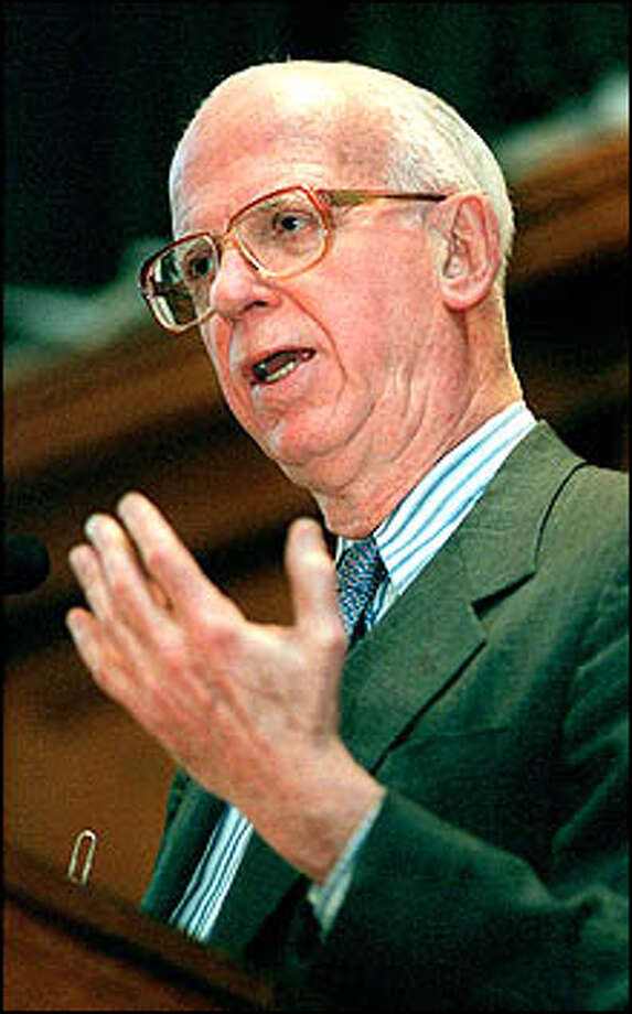 Syndicated political columnist David Broder speaks at the Yale Law School Thursday 3/23/2000.Photo by Arnold Gold