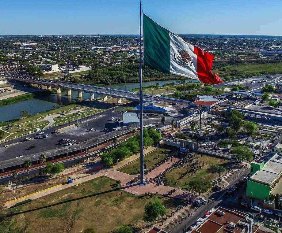 Debido a los trabajos de modernización y ampliación que se realizarán de la garita del Puente Internacional II, el asta de la bandera de México vista desde Laredo cambiará de lugar. Photo: Foto De Cortesía