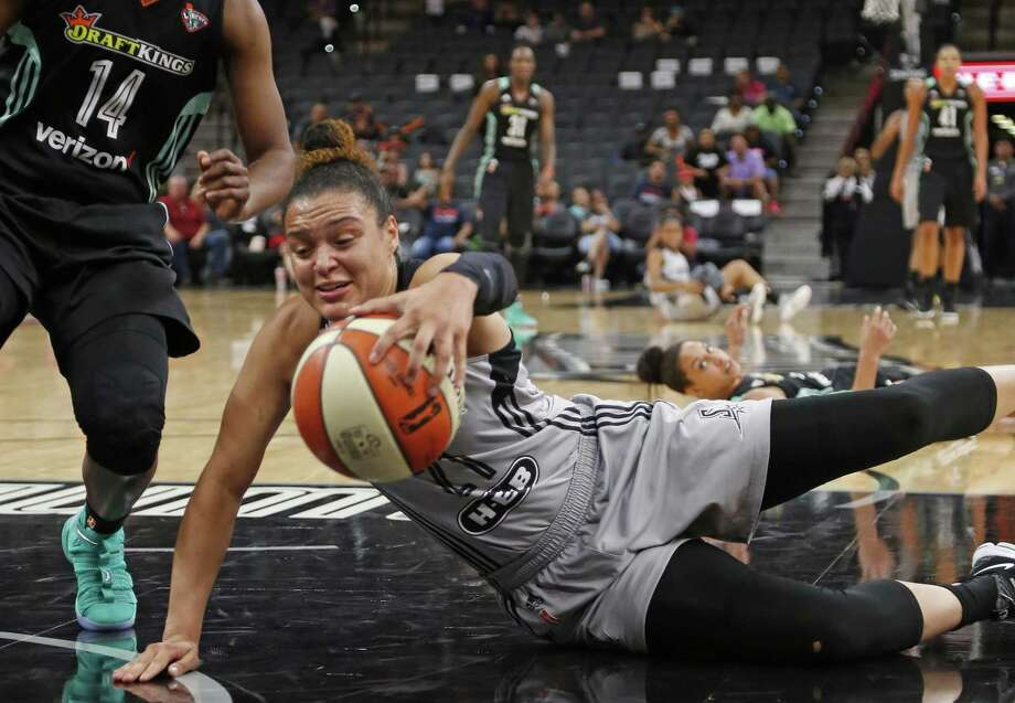 Stars' Kayla McBride dives for a lose ball against the New York Liberty at the AT&T Center on Aug. 1, 2017. Photo: Ron Cortes /For The Express-News / Freelance