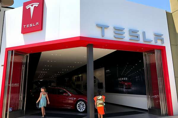 CORTE MADERA, CA - AUGUST 02: People enter a Tesla showroom on August 2, 2017 in Corte Madera, California. Tesla will report second-quarter earnings today after the closing bell. (Photo by Justin Sullivan/Getty Images)