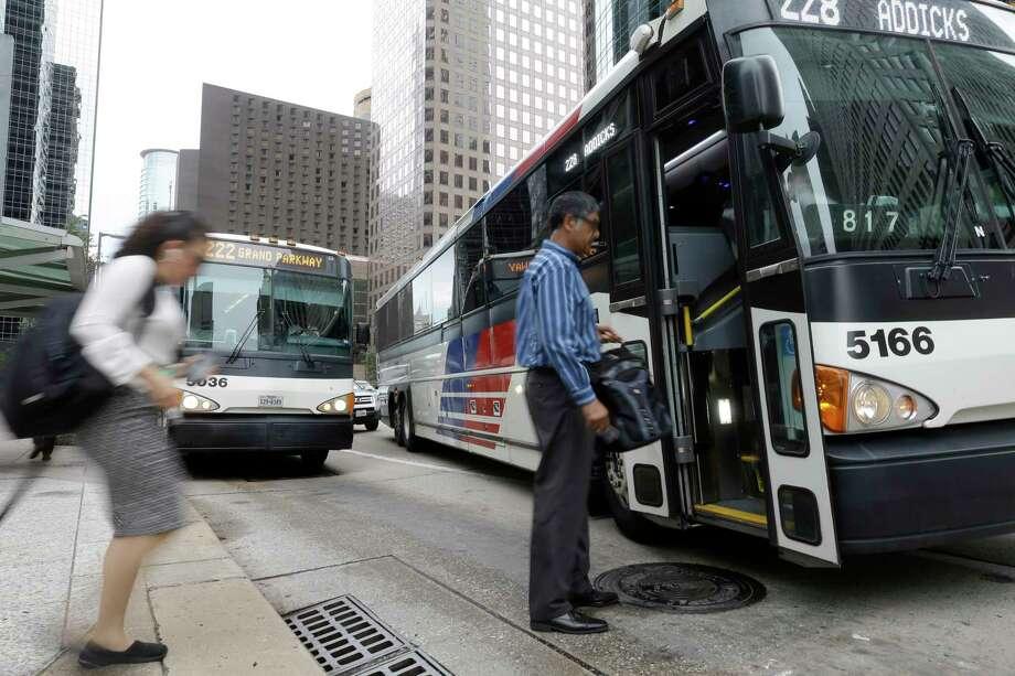 Commuters board a Metro bus at Louisiana and McKinney in Houston on July 23. Photo: Melissa Phillip, Staff / © 2017 Houston Chronicle