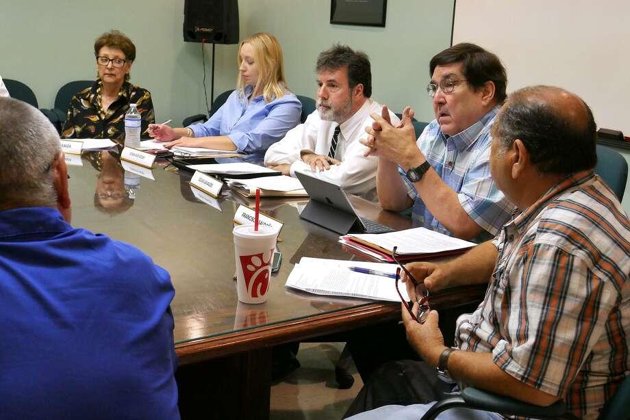 Los miembros del comité se reunieron el martes 1 de agosto para discutir el futuro del edificio que ha permanecido abandonado por 17 años. Photo: Cuate Santos /Laredo Morning Times / Laredo Morning Times