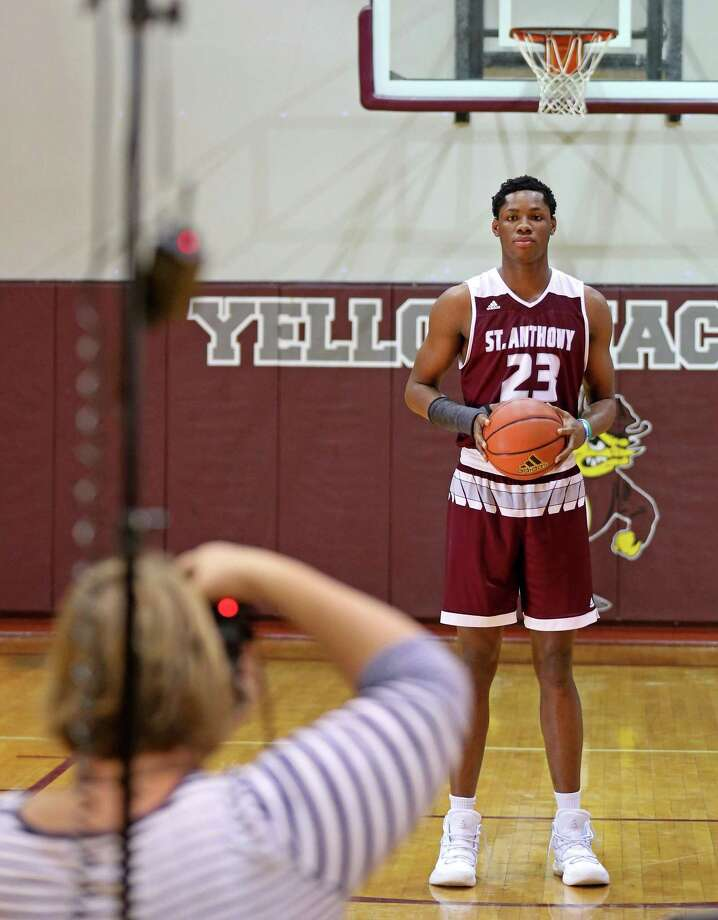 St. Anthony's Charles Bassey poses for a photo by Susan Mace of Visual Sports in 2017. Photo: Edward A. Ornelas /San Antonio Express-News / © 2017 San Antonio Express-News