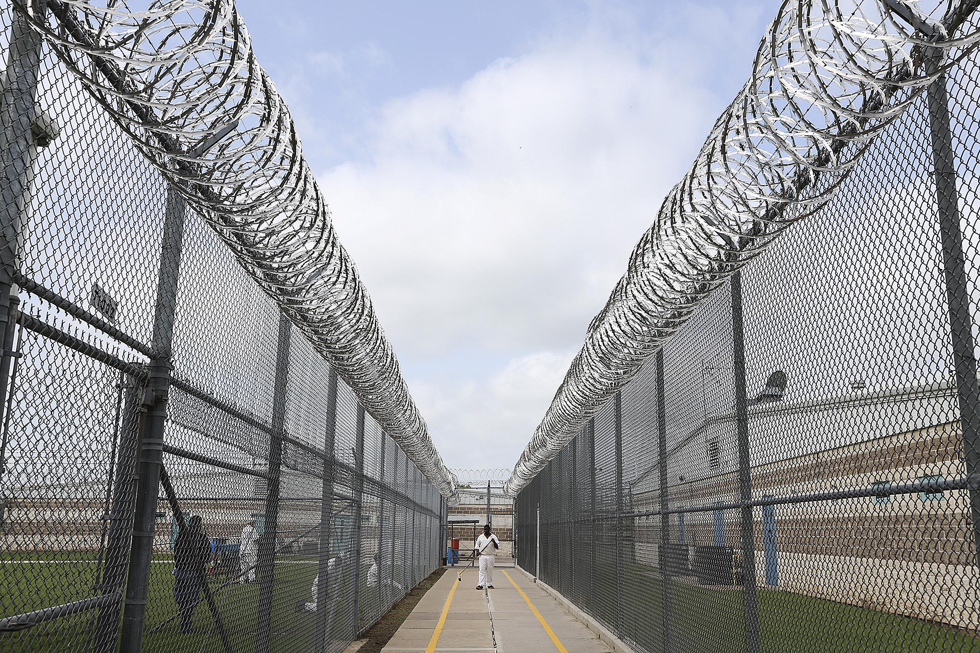 Texas Prison Officials To Begin 1 000 Inmate Transfers