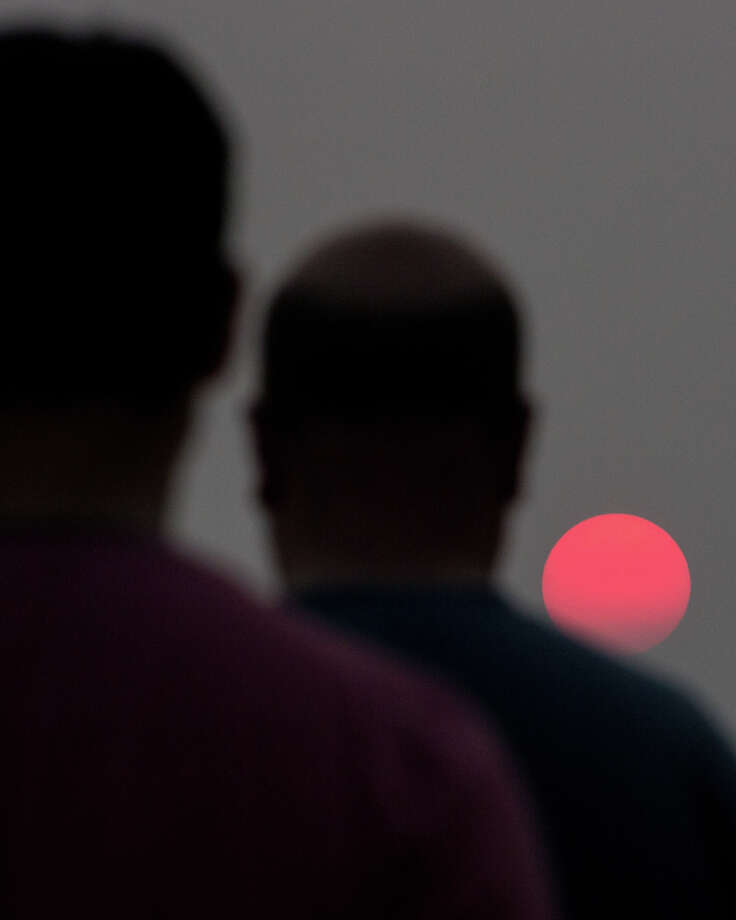 Haze from wildfires in British Columbia cause a strange, red sunset in Seattle on Thursday, Aug. 3, 2017. Photo: GRANT HINDSLEY, SEATTLEPI.COM / SEATTLEPI.COM