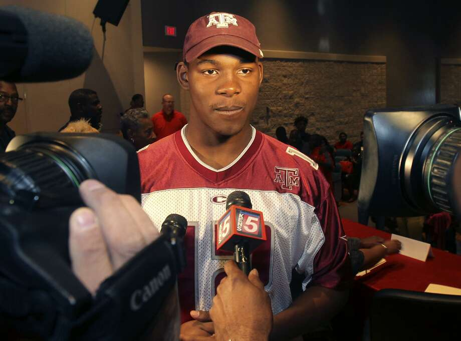 Judson defensive end Alton Robinson speaks with the media on Feb. 3, 2016, at Judson High School after signing with Texas A&M. Photo: John Davenport /San Antonio Express-News / ©San Antonio Express-News