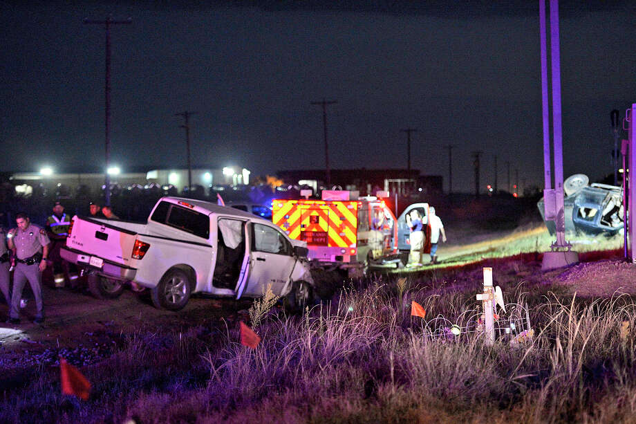 Midland county emergency responders work the scene of a fatal traffic wreck on the south service road of Highway 80 near the intersection of County Road 1140 Aug. 4, 2017. James Durbin/Reporter-Telegram Photo: James Durbin