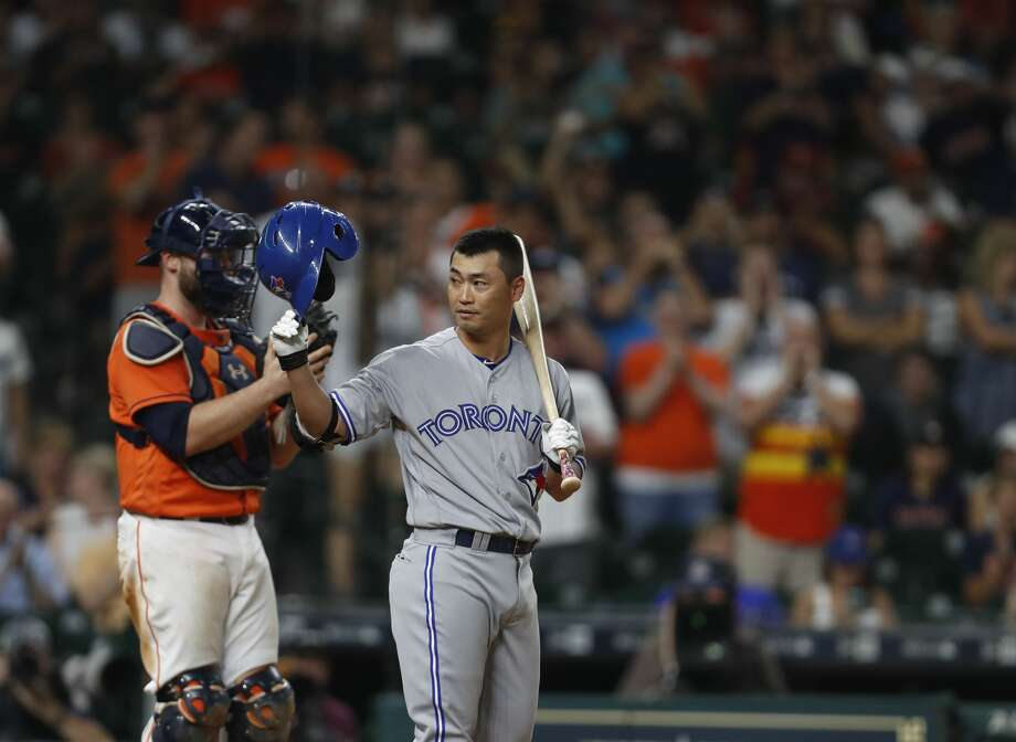 Toronto Blue Jays Norichika Aoki (23) tips his hat to the Houston Astros fans cheering him as he batted during the ninth inning of an MLB game at Minute Maid Park, Friday, Aug. 4, 2017, in Houston. ( Karen Warren / Houston Chronicle ) Photo: Karen Warren/Houston Chronicle