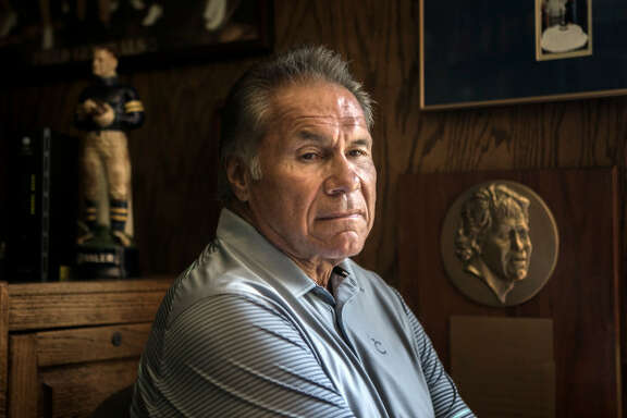 Former Stanford, 49ers and Raiders quarterback Jim Plunkett has struggled with various football related ailments. (LiPo Ching/Bay Area News)
