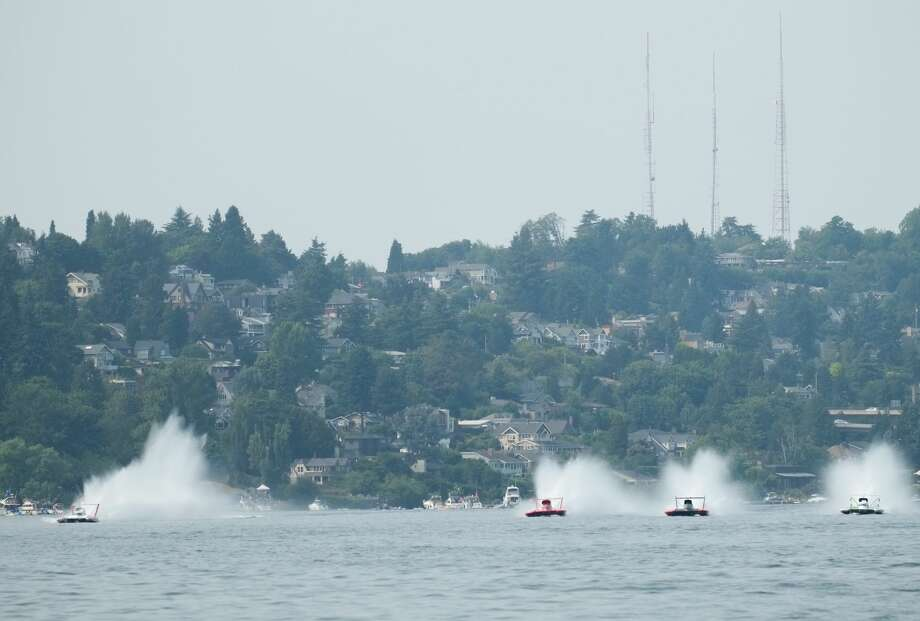 Hydroplanes begin the H1 Unlimited Heat 2A race at Seafair, August 5, 2017. Photo: Cliff DesPeaux
