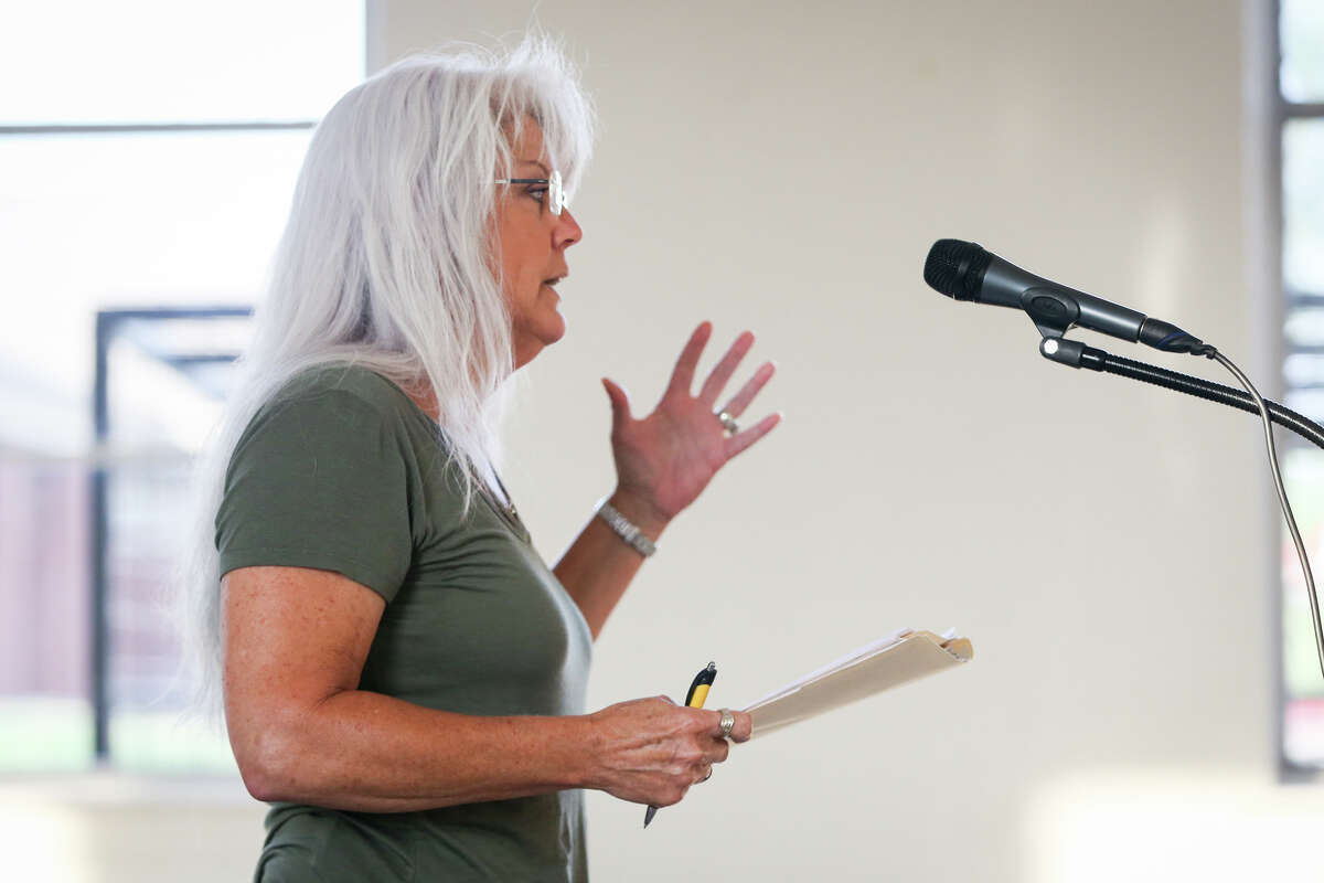 Chari Elam, who's home is adjacent to K&K Construction's facility, speaks during the Texas Commission on Environmental Quality's meeting on Tuesday, Aug. 1, 2017, at the Willis Community Center.