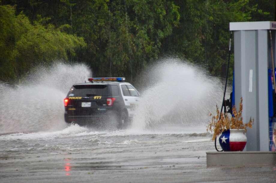 Heavy rain and thunderstorms hit San Antonio amid a flash flood warning issued for Bexar County on Monday, Aug. 8, 2017. Photo: Cory Heikkila / San Antonio Express-News