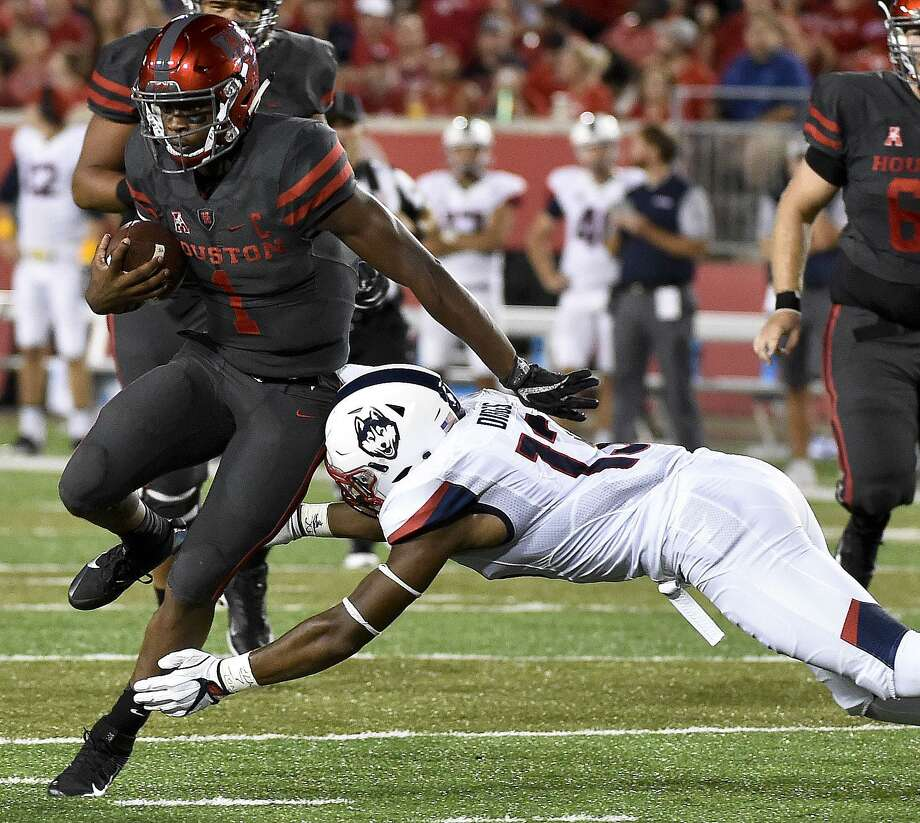 Houston quarterback Greg Ward Jr. breaks the tackle of UConn linebacker Vontae Diggs en route to a 30-yard touchdown on Sept. 29, 2016, in Houston. Photo: Eric Christian Smith / Associated Press / FR171023 AP