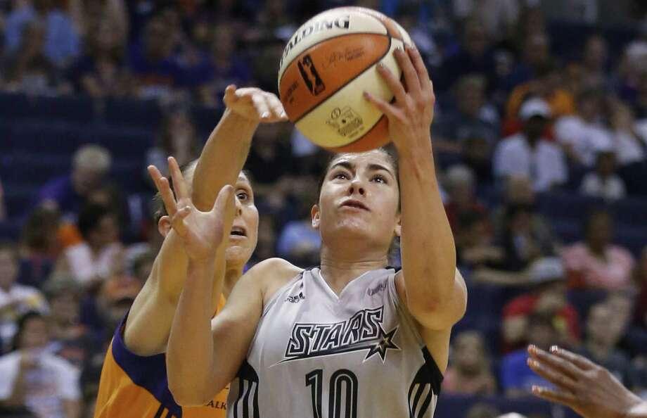 Stars' Kelsey Plum scores against the Mercury's Diana Turasi at Talking Stick Resort Arena in Phoenix on July 30, 2017. Photo: Kin Man Hui /San Antonio Express-News / ©2017 San Antonio Express-News