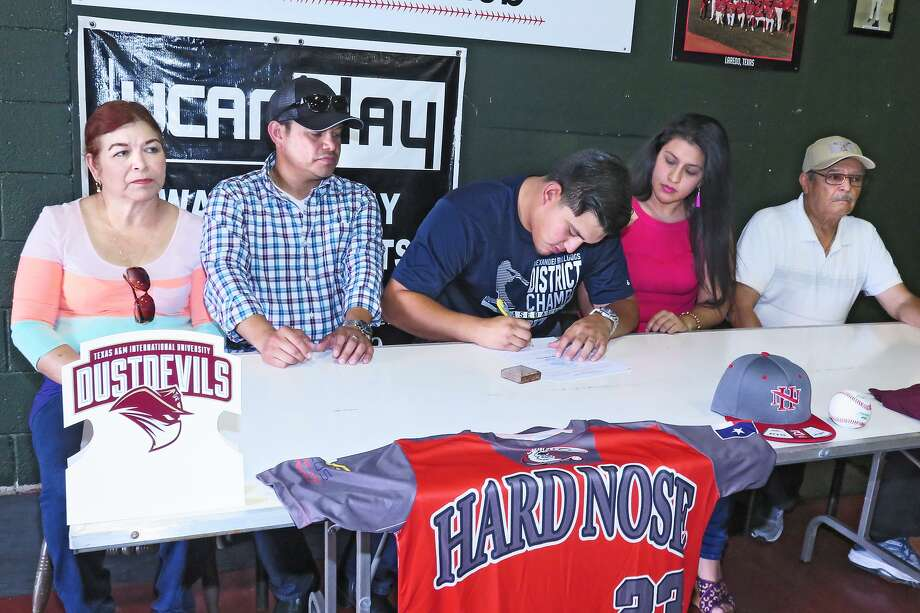 Alexander's Ramon Ballina signed his letter of intent to continue his career at TAMIU on Wednesday at The Hit Zone. Photo: Cuate Santos /Laredo Morning Times / Laredo Morning Times