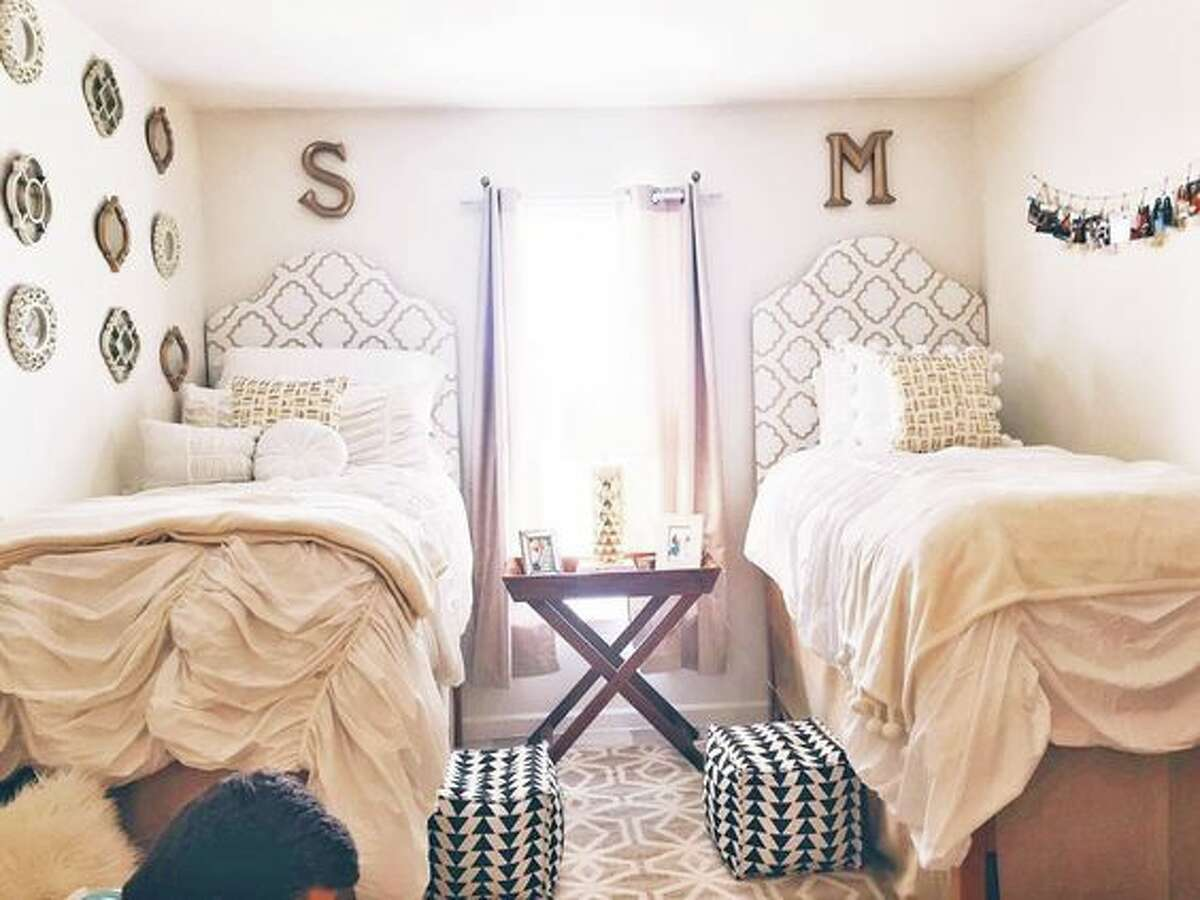 It's almost time to go back to college, so here are some inspired ideas to help make the small space of a college dorm room yours. Via Pinterest >> See more dorm room decor ideas for everyone that are totally #dormroomgoals.