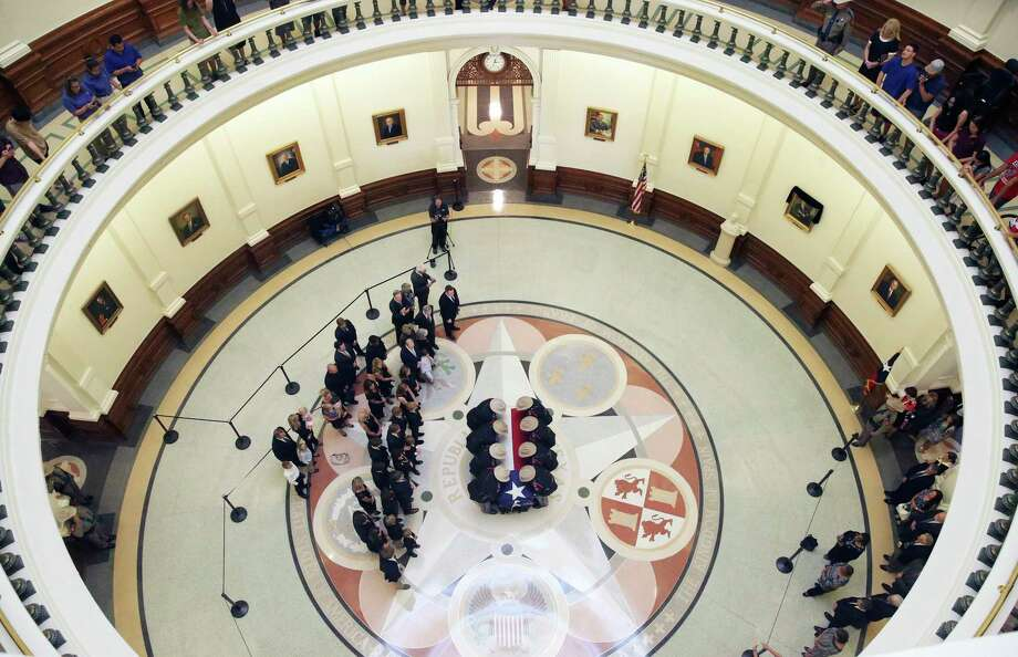 Troopers carry the casket as hundreds of people stream through the rotunda of the State Capitol to pay last respects to Governor Mark White on August 10, 2017. Photo: Tom Reel, San Antonio Express-News / 2017 SAN ANTONIO EXPRESS-NEWS