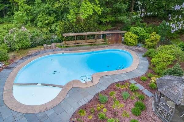 15 Prattling Pond Rd, Farmington, CT 06032    8 beds 8 baths 6,243 sqft    Click here for full listing