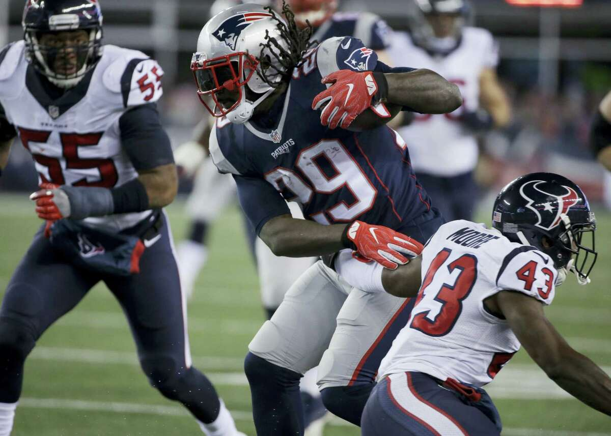Patriots running back LeGarrette Blount (29) shakes an attempted tackle.